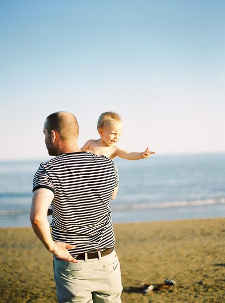 Papa und Sohn am Strand